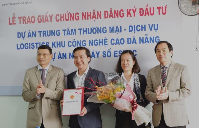 Ông Hồ Kỳ Minh, Phó Chủ tịch UBND TP Đà Nẵng trao giấy chứng nhận đầu tư cho công ty TNHH Kỹ thuật Công nghệ điện tự động Biển Đông