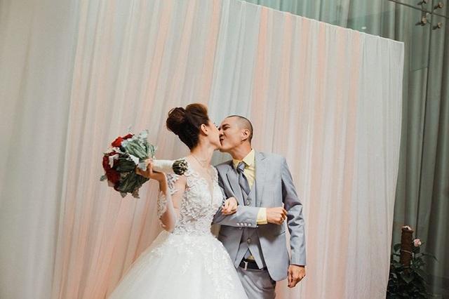 Cặp đôi trao nhau nụ hôn hạnh phúc trong ngày cưới