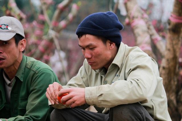 """Anh Hùng ở huyện sông Lô Vĩnh Phúc cho biết: """"Tôi đến đây từ tháng đầu 10 ai gọi gì cũng làm, anh em cửu vạn (những người làm nghề bốc vác, nặng nhọc) làm việc bằng sức lực, cứ có tiền là làm thôi."""
