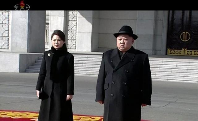 Nhà lãnh đạo Triều Tiên Kim Jong-un và Đệ phu nhân Triều Tiên Ri Sol-ju trên thảm đỏ tại lễ duyệt binh. (Ảnh: Getty)