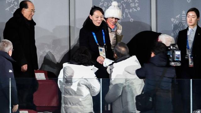 Em gái nhà lãnh đạo Triều Tiên Kim Jong-un, bà Kim Yo-jong bắt tay Tổng thống Hàn Quốc Moon Jae In tại lễ khai mạc Thế vận hội mùa Đông ngày 9/2. (Ảnh: AFP)