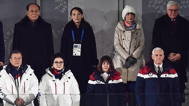 Bà Kim Yo-jong (thứ 2 từ trái sang, hàng trên) xuất hiện trong hình cùng Tổng thống Moon Jae In (ngoài cùng bên trái, hàng dưới) và Phó Tổng thổng Mỹ Mike Pence (ngoài cùng bên phải, hàng dưới). (Ảnh: RTE)
