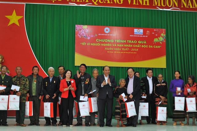 Thủ tướng tặng quà Tết cho đồng bào dân tộc thiểu số Đắk Nông