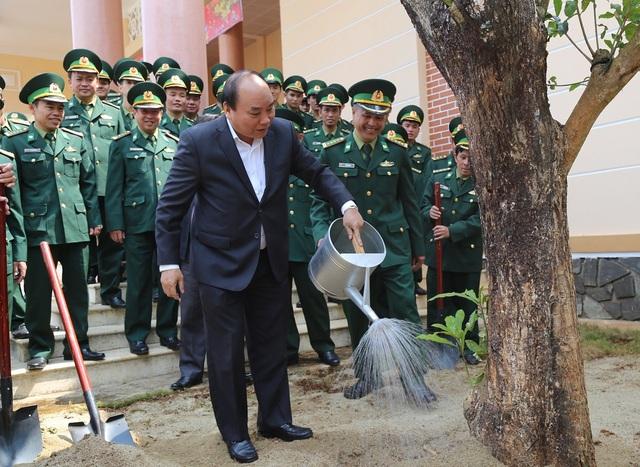 Thủ tướng Chính phủ trồng cây lưu niệm tại Bộ đội biên phòng tỉnh Đắk Nông