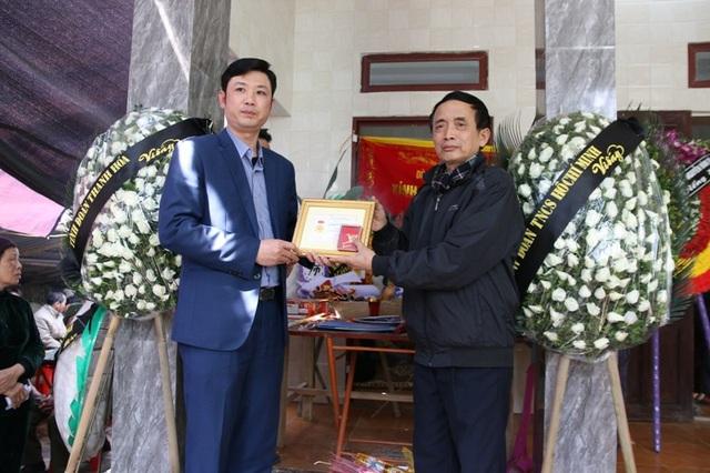Anh Lê Văn Trung - Bí thư Tỉnh đoàn Thanh Hóa đã truy tặng huy hiệu Tuổi trẻ dũng cảm cho em Hoàng Đức Hải