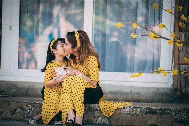 Nhân vật chính trong bộ ảnh này chính là Lê Thị Hồng Phượng (sinh năm 1994, quê Đồng Nai) và cô con gái nhỏ Nguyễn Ngọc Minh Thư.