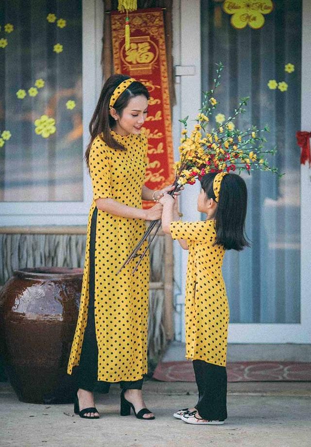 Bộ ảnh được chụp trong vòng một tiếng đồng hồ với những biểu cảm hết sức tự nhiên, nhẹ nhàng của mẹ và con gái.