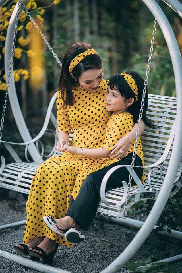 """Bởi với cô: """"Áo dài tôn lên những nét nhẹ nhàng, thanh lịch của người phụ nữ Việt, mình cũng muốn con gái mình sẽ yêu thích trang phục này""""."""