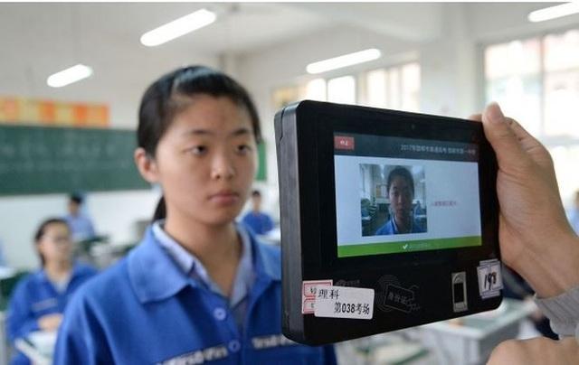 Giáo viên Trung Quốc dùng phần mềm nhận dạng khuôn mặt để kiểm tra thông tin của học sinh tại kỳ thi vào đại học.