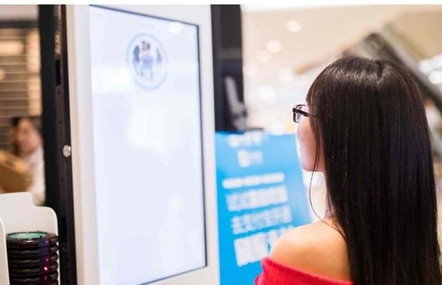 Công nghệ nhận dạng khuôn mặt được áp dụng khi mua đồ ăn nhanh tại chuỗi của hàng KFC tại Trung Quốc.