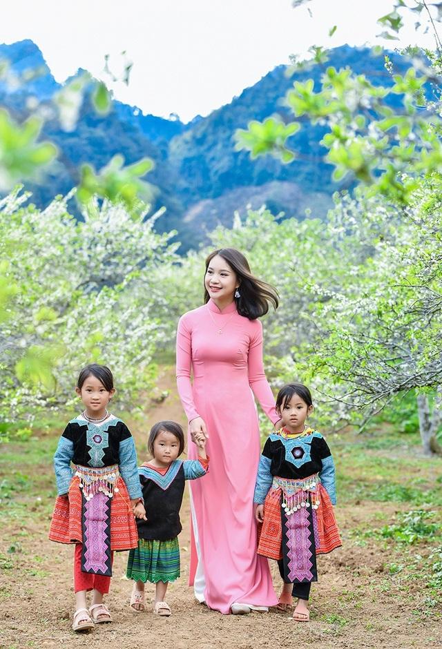 Cô giáo mầm non Trần Thị Tuyết (SN 1992) cùng với bạn bè rất ấn tượng với vẻ đẹp tự nhiên của rừng hoa mận ở Mộc Châu và những người dân địa phương mến khách.