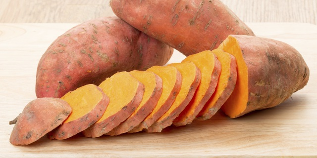Các loại rau có nhiều chất xơ như khoai lang, là một ví dụ về carbs tốt.