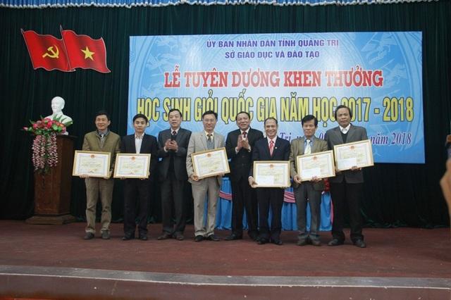 Bí thư Tỉnh uỷ Quảng Trị - ông Nguyễn Văn Hùng và ông Mai Thức - Phó chủ tịch UBND tỉnh tặng bằng khen cho 7 tập thể...