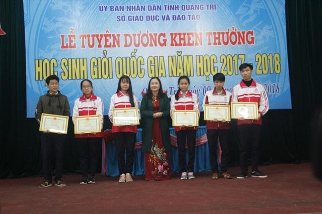 TS Lê Thị Hương - Giám đốc Sở GD-ĐT tỉnh Quảng Trị khen thưởng các học sinh đạt giải