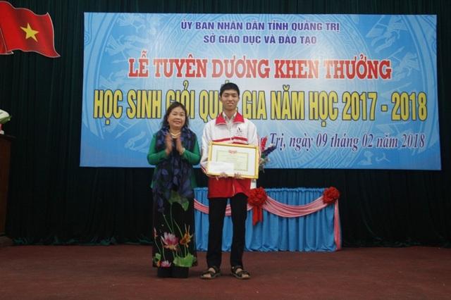 Bà Nguyễn Thị Hồng Vân - Chủ tịch Hội Khuyến học tỉnh Quảng Trị tuyên dương học sinh đạt giải Nhất kỳ thi HSG Quốc gia