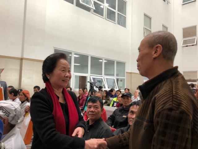 Chủ tịch Hội Khuyến học Việt Nam Nguyễn Thị Doan, động viên, thăm hỏi, tặng quà bệnh nhân ung thư đang điều trị tại BV Bạch Mai. Ảnh: H.Hải