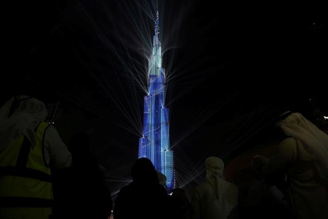 Tòa tháp cao 830m sáng rực trong màn trình diễn laser (Ảnh: Reuters)