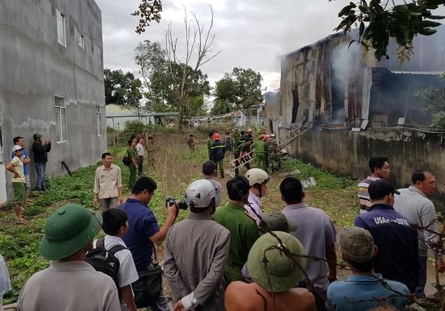 Hiện trường căn nhà sản xuất vàng mã bị cháy, nghi ngút khói lửa ở Nha Trang