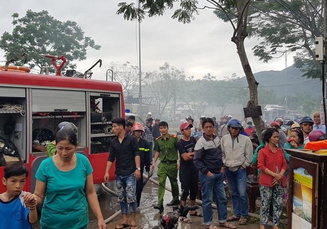 Hàng trăm người dân bàng hoàng theo dõi diến biến vụ việc