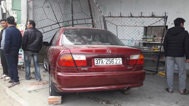 Chiếc xe con đâm taxi sau đó đâm vào quán ăn ...