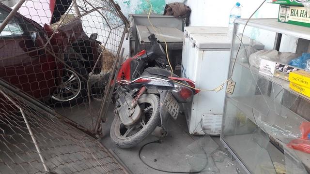 ....một số vật dụng trong quán bị hư hỏng và chiếc xe máy của chủ quán cũng gãy phần đầu ....