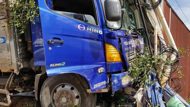 Chiếc xe tải lao vào nhà dân tông gãy hàng cây trước nhà và dừng lại khi tông vào cột điện