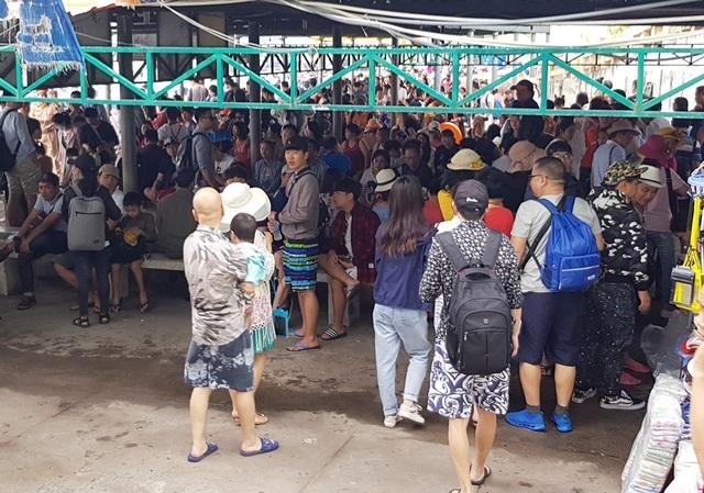 Nhà hành khách bến tàu đông nghịt du khách ngồi chờ ca nô
