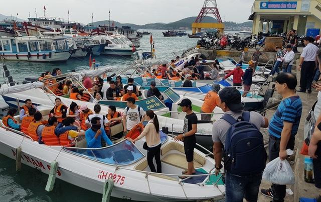 Nha Trang: Khách Trung Quốc nhộn nhịp ở bến tàu du lịch đầu năm 2018 - 7