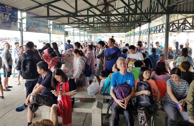 Nha Trang: Khách Trung Quốc nhộn nhịp ở bến tàu du lịch đầu năm 2018 - 9