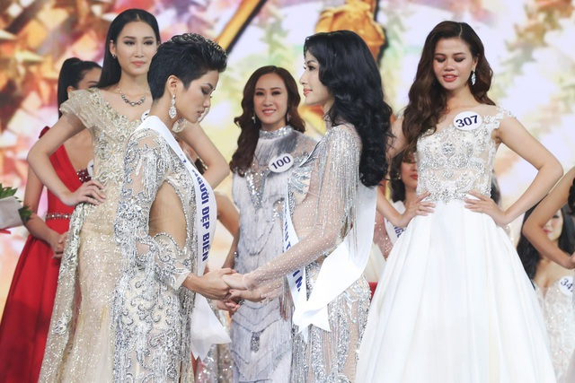 Khoảnh khắc Hoàng Thùy cùng HHen Niê nắm chặt nhau trong đêm chung kết chờ đợi công bố ai sẽ trở thành người kế nhiệm tương lai chiếc vương miện Hoa hậu Hoàn vũ Việt Nam