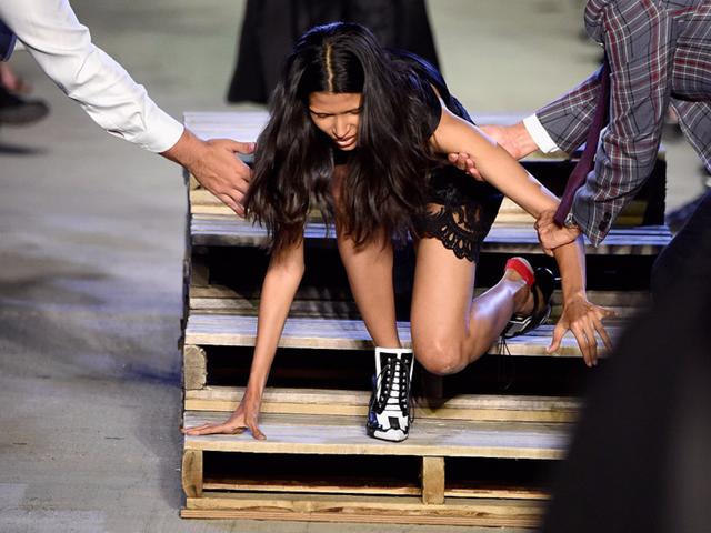Chiếc cầu thang đã làm khó người mẫu tại Tuần lễ Thời trang New York 2015.