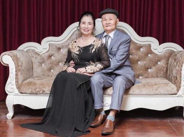 Ý tưởng chụp bộ ảnh kỷ niệm 50 năm cưới là do ông bà chủ động vì theo cụ ông ngày xưa lấy nhau chưa được mặc đồ cô dâu chú rể. Vì vậy từ mấy tháng trước, cháu gái đã đề nghị mọi người trong nhà chuẩn bị quần áo và thợ chụp để đưa ông bà đi