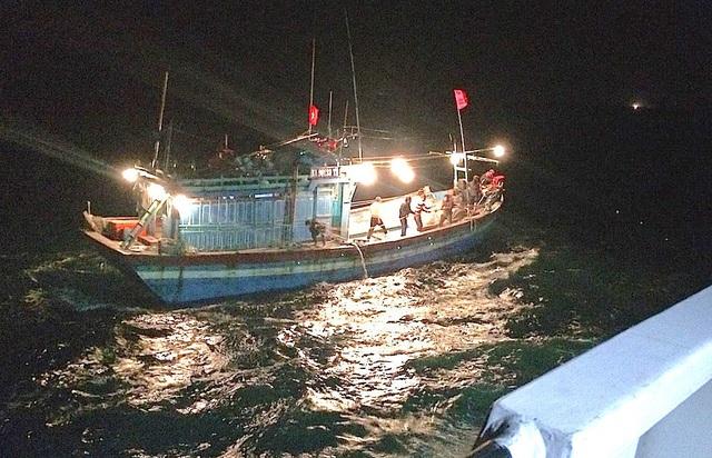 Chiếc tàu cá gặp nạn được Trung tâm đã điều động tàu cứu nạn chuyên dụng SAR 411 nhanh chóng hành trình đến cứu nạn 10 thuyền viên tàu cá NA 90123 TS vào bờ an toàn.