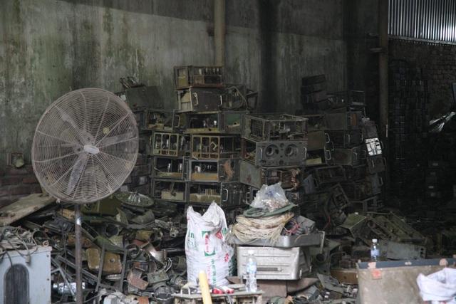 Ngoài vật liệu nổ, trong kho còn có nhiều linh kiện điện tử.