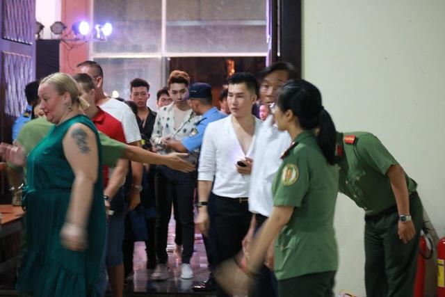 Mọi người đều phải vượt qua vòng kiểm soát của bộ phận an ninh trước khi vào sân khấu.
