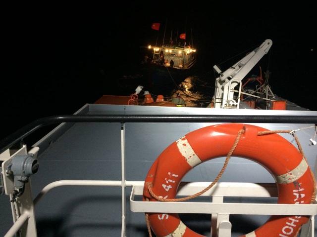 Tàu cứu nạn chuyên dụng SAR 411 tiếp cận tàu NA 90123 TS ngay trong đêm.