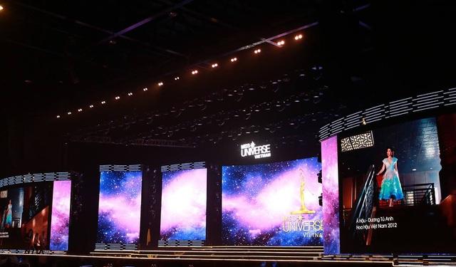 Sân khấu được thiết kế hiện đại, tối giản các tiểu cảnh mà thay vào đó là hệ thống đèn led nhiều màu sắc được thay đổi liên tục phù hợp từng tiết mục, phần thi nhằm bám sát format gốc của quốc tế.