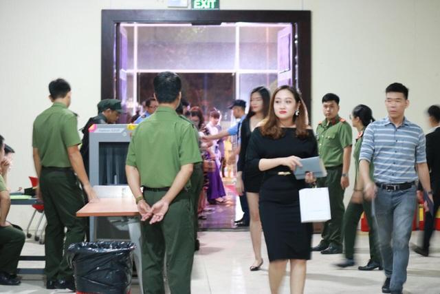 Trước giờ G, khu vực soát vé ngay cổng vào được thắt chặt an ninh.