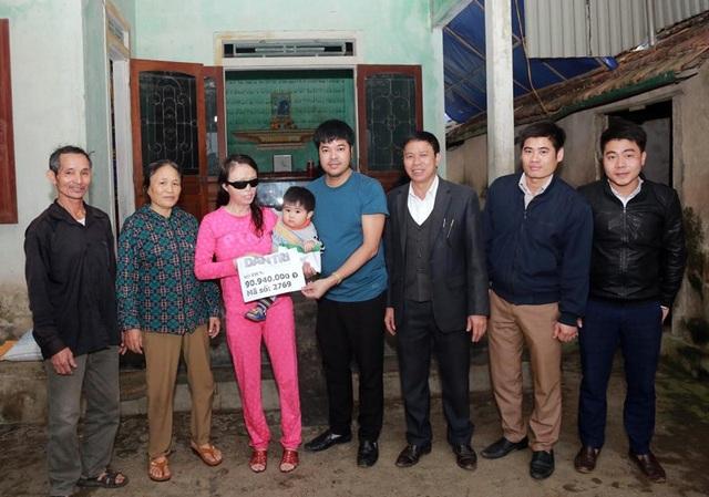 PV Dân trí trao số tiền 90,940,000 đồng cho mẹ con Lương.
