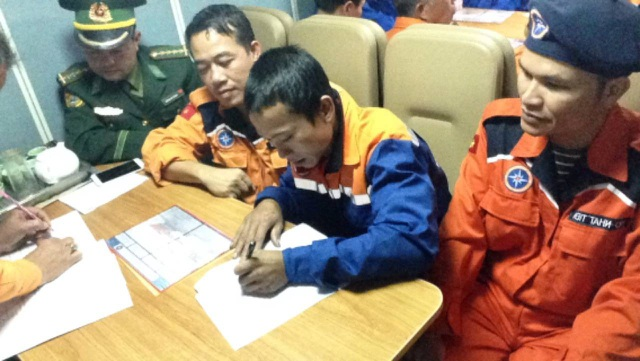 Lực lượng chức năng bàn giao các ngư dân trên tàu gặp nạn cho chính quyền địa phương.