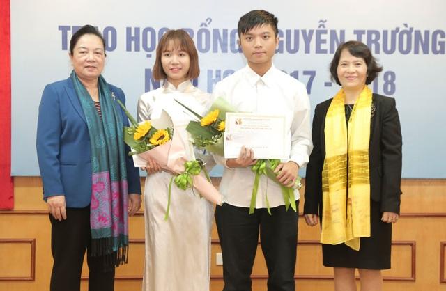 Chủ tịch Hội đồng Quản lý Quỹ Khuyến học Việt Nam Phạm Thị Hòe trao học bổng Nguyễn Trường Tộ đến sinh viên ĐH Quốc gia Hà Nội