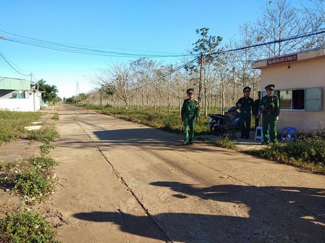 Bảo vệ canh gác không để người dân vào gần khu vực nguy hiểm.