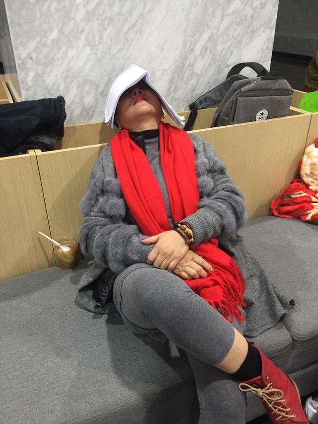 NSƯT Minh Hằng tranh thủ chợp mặt giữa buổi tập trên chiếc sofa.