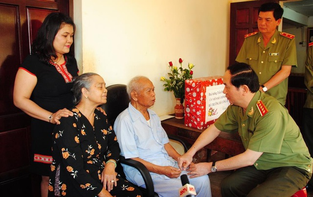 Nguyên Bộ trưởng Công an nay là Chủ tịch nước Trần Đại Quang thăm Thiếu tướng Y Blốk Êban