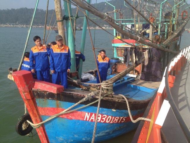 Tàu cá NA 93018 TS với 10 thuyền viên được lai dắt vào bờ an toàn.