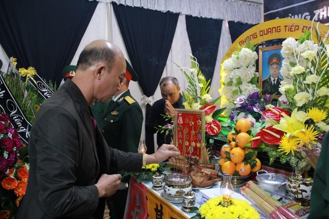 Đại diện các ban ngành thắp hương viếng Thiếu tướng Y Blốk Êban