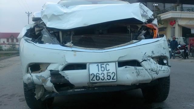 Chiếc xe điên tông trúng 2 nữ sinh rồi bỏ chạy gây tai nạn liện hoàn (ảnh CTV)