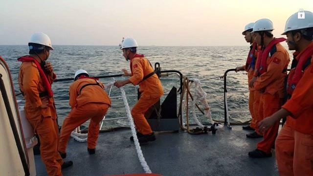 Xuyên đêm cứu 10 ngư dân gặp nạn trên biển - 1