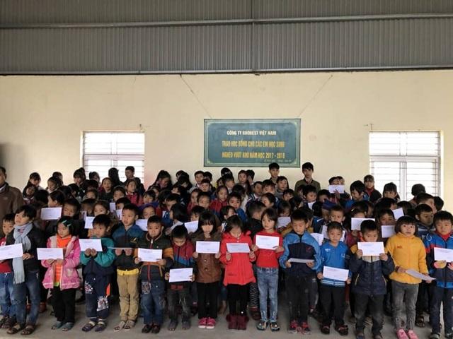 Học sinh Trường Tiểu học Kỳ Phương vui tươi nhận học bổng của Công ty Grobest Việt Nam.