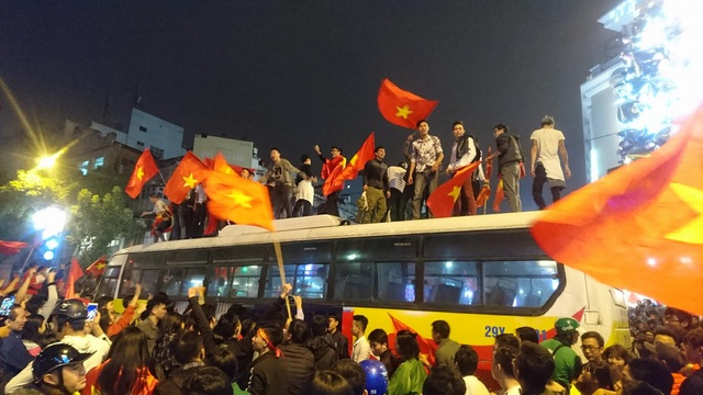 """Khu vực Hồ Gươm """"nghẹt thở"""" sau kỳ tích của U23 Việt Nam - 20"""